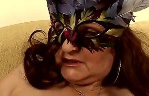 Masked adult sprog Marianne