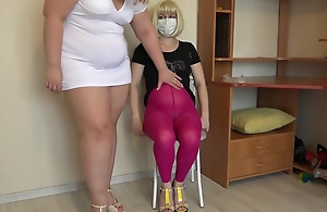 胖女士用手甩掉毛茸茸的女�..
