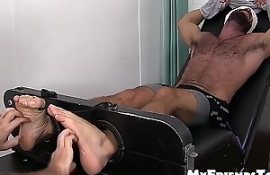 Muscular homo Ricky Larkin gets tickled by a..
